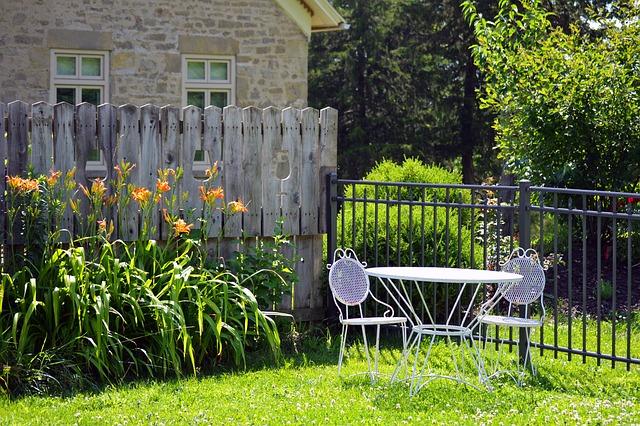 שולחן על הדשא עם גדר מעץ
